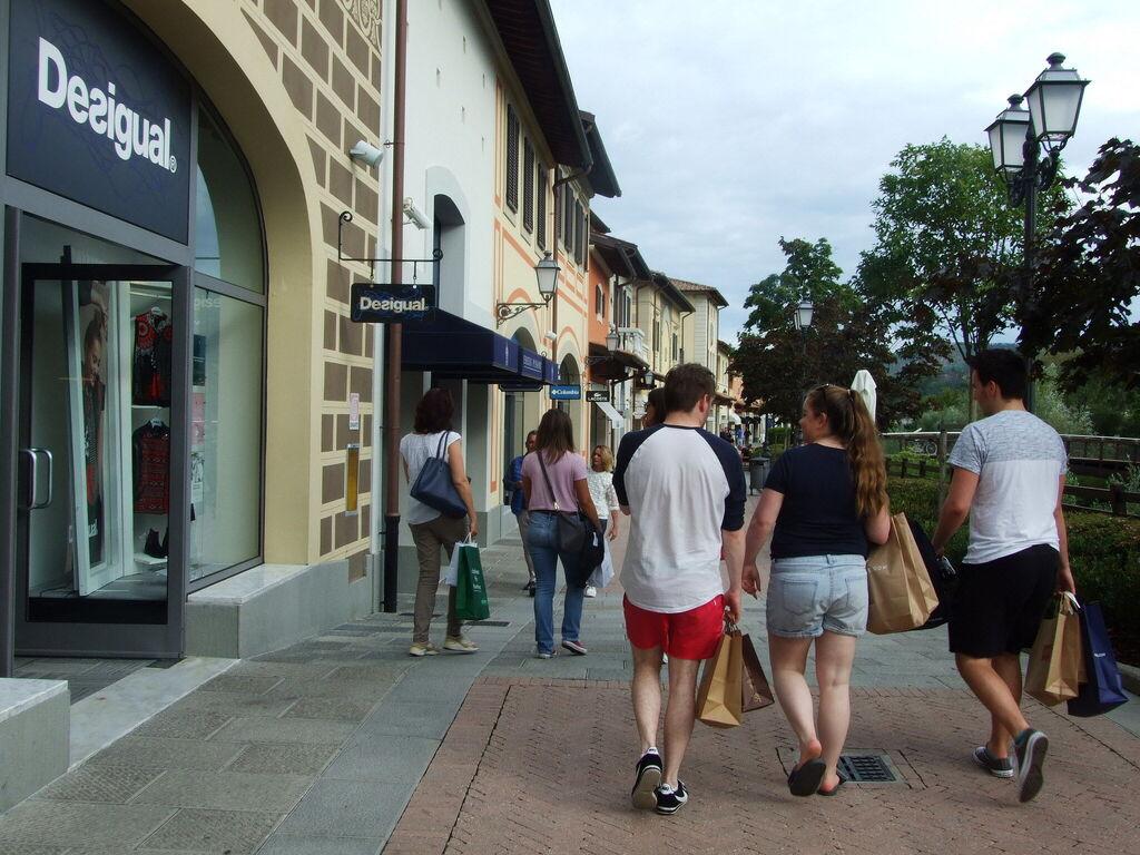 4916ee5ee8375 Outlet Shops in der Toskana