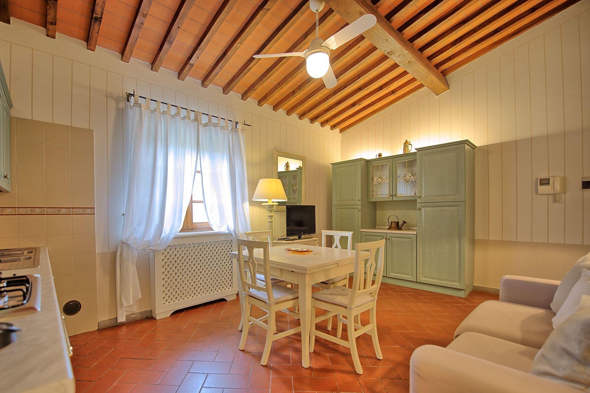 tamerice innenr ume ferienhaus f r 6 personen mit 2 schlafzimmer in monterappoli toskana. Black Bedroom Furniture Sets. Home Design Ideas